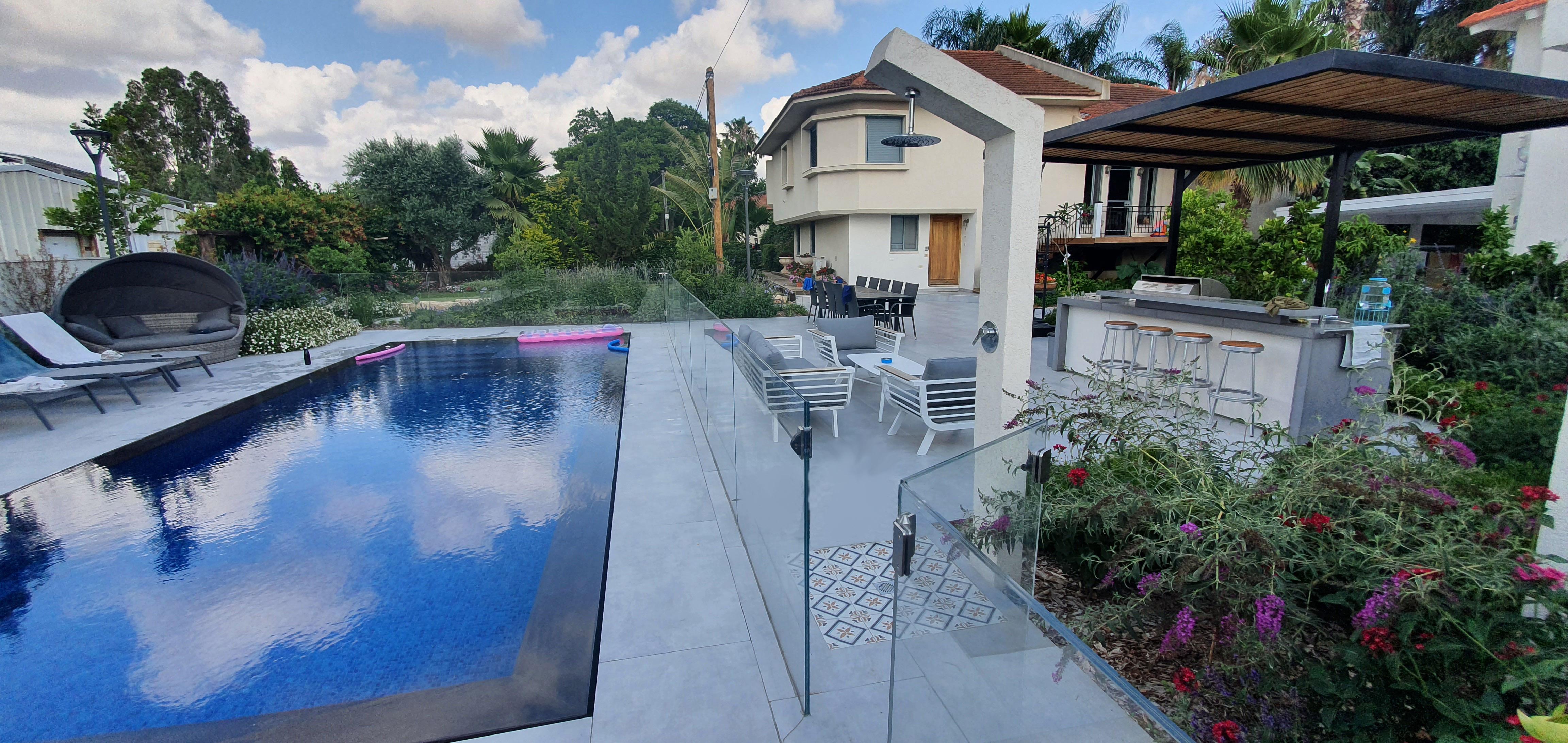 בריכת שחיה בגינה
