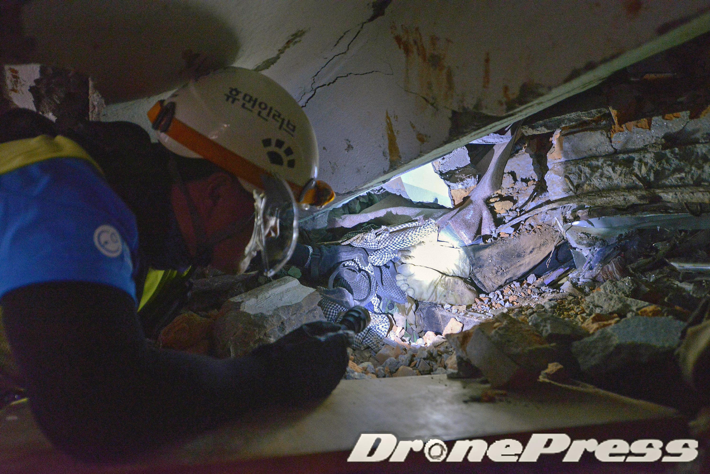 7-국제구호개발 NGO인 한국의 휴먼인러브 수색구조팀이 드론을 활용하여 카트만두 시내 봉가부 지역의 건물붕괴현장에서 매몰되어 있는 시신을 확인하고 있다 - 드론프레스 제공