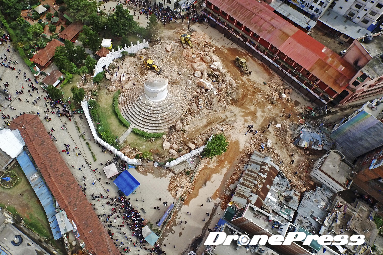 200여년의 역사를 자랑했던 네팔의 대표적 세계문화유산인 다라하라 타워가 지난 25일 발생한 대지진으로 인해 완전히 소멸되었다 (1)- 드론프레스 제공