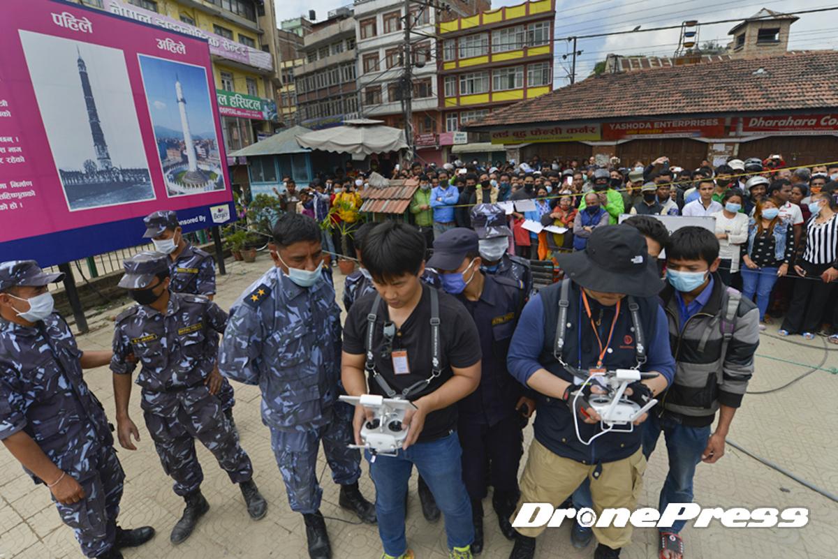 국제구호단체인 휴먼인러브와 드론프레스가 네팔 지진현장의 탐색과 구조작업에 세계최초로 드론을 활용하자 네팔군이 관심을 보이고 있다 - 드론프레스 제공 (4)