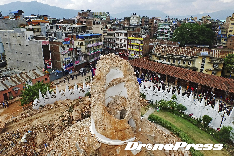 200여년의 역사를 자랑했던 네팔의 대표적 세계문화유산인 다라하라 타워가 지난 25일 발생한 대지진으로 인해 완전히 소멸되었다 (6)- 드론프레스 제공