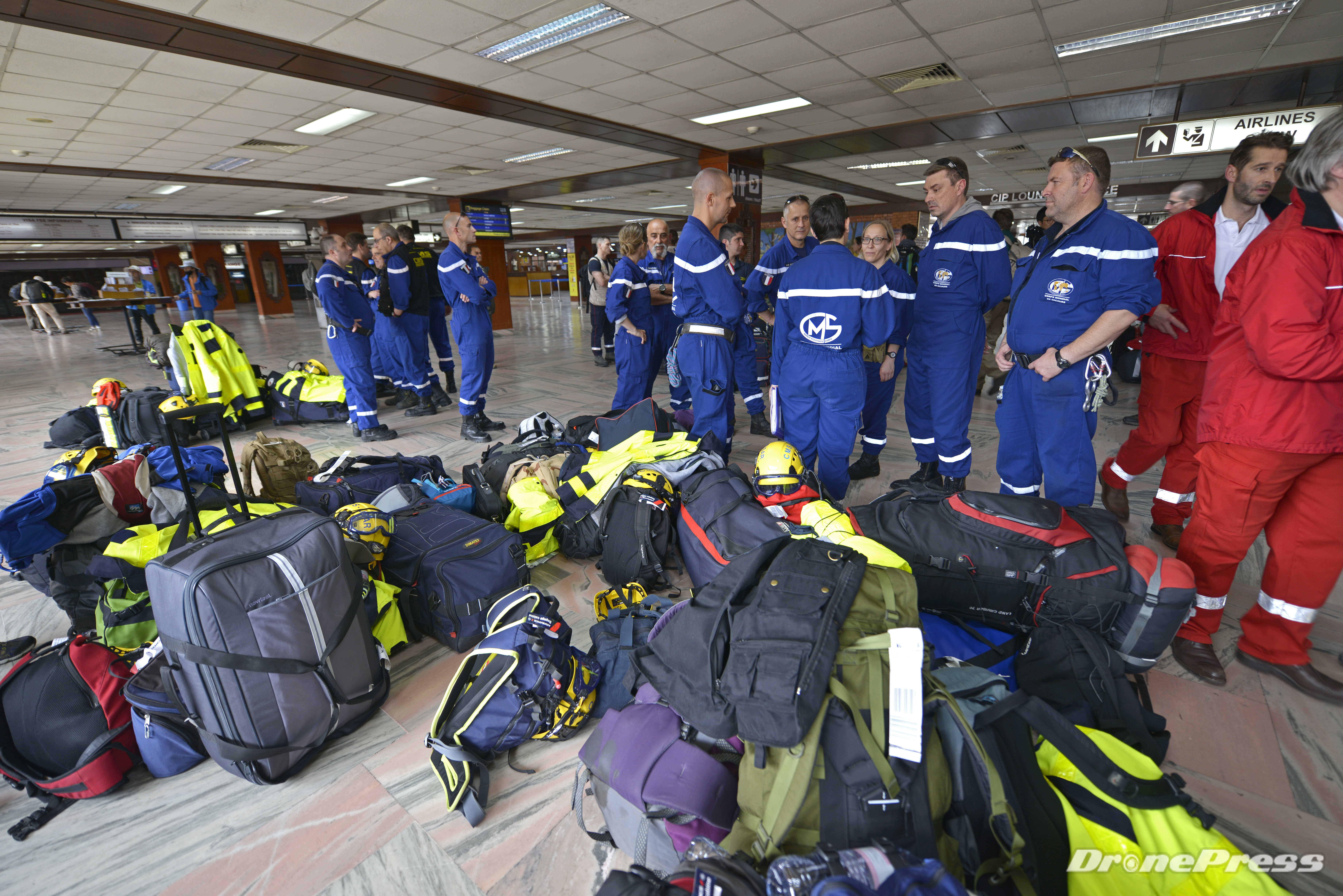 6684 – 4월 29일 오후 2시 네팔 카트만두공항에는 전세계 재난구조단이 속속 집결하고 있는 가운데 프랑스 재난구조단이 입국심사 대기중이다 - 드론프레스 제공