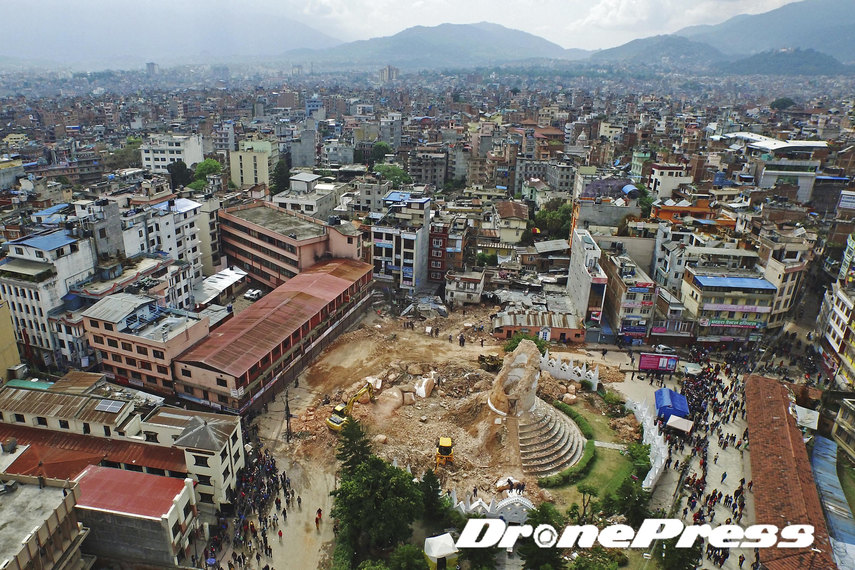 200여년의 역사를 자랑했던 네팔의 대표적 세계문화유산인 다라하라 타워가 지난 25일 발생한 대지진으로 인해 완전히 소멸되었다 (2)- 드론프레스 제공