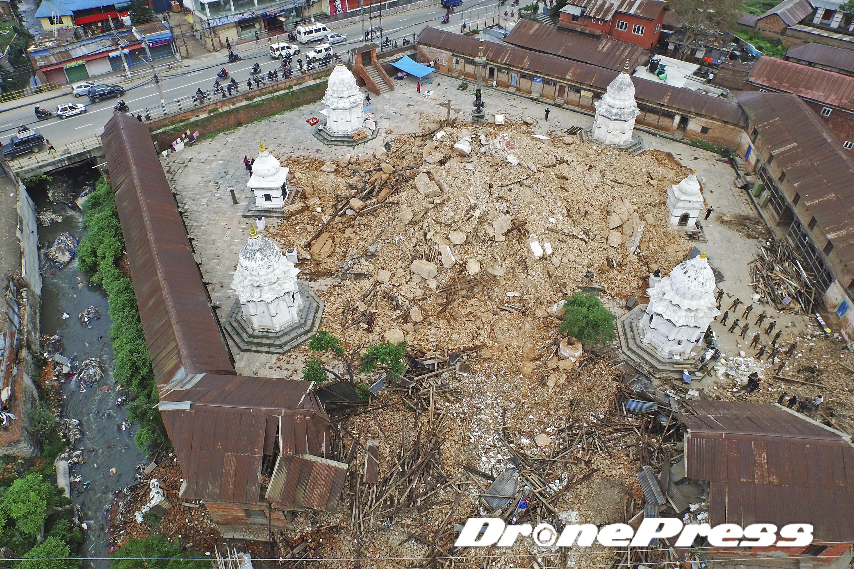 지난 25일 대지진으로 폐허가된 Tripureshwor 사원의 모습 (11) - 드론프레스 제공