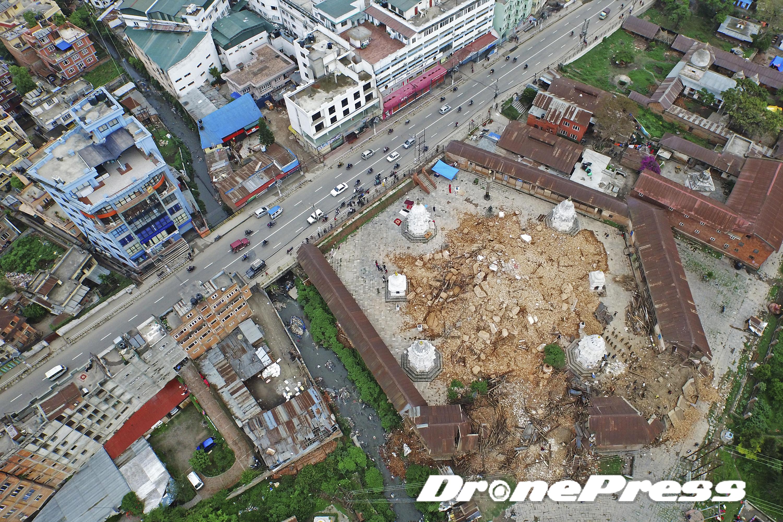 지난 25일 대지진으로 폐허가된 Tripureshwor 사원의 모습 (1) - 드론프레스 제공