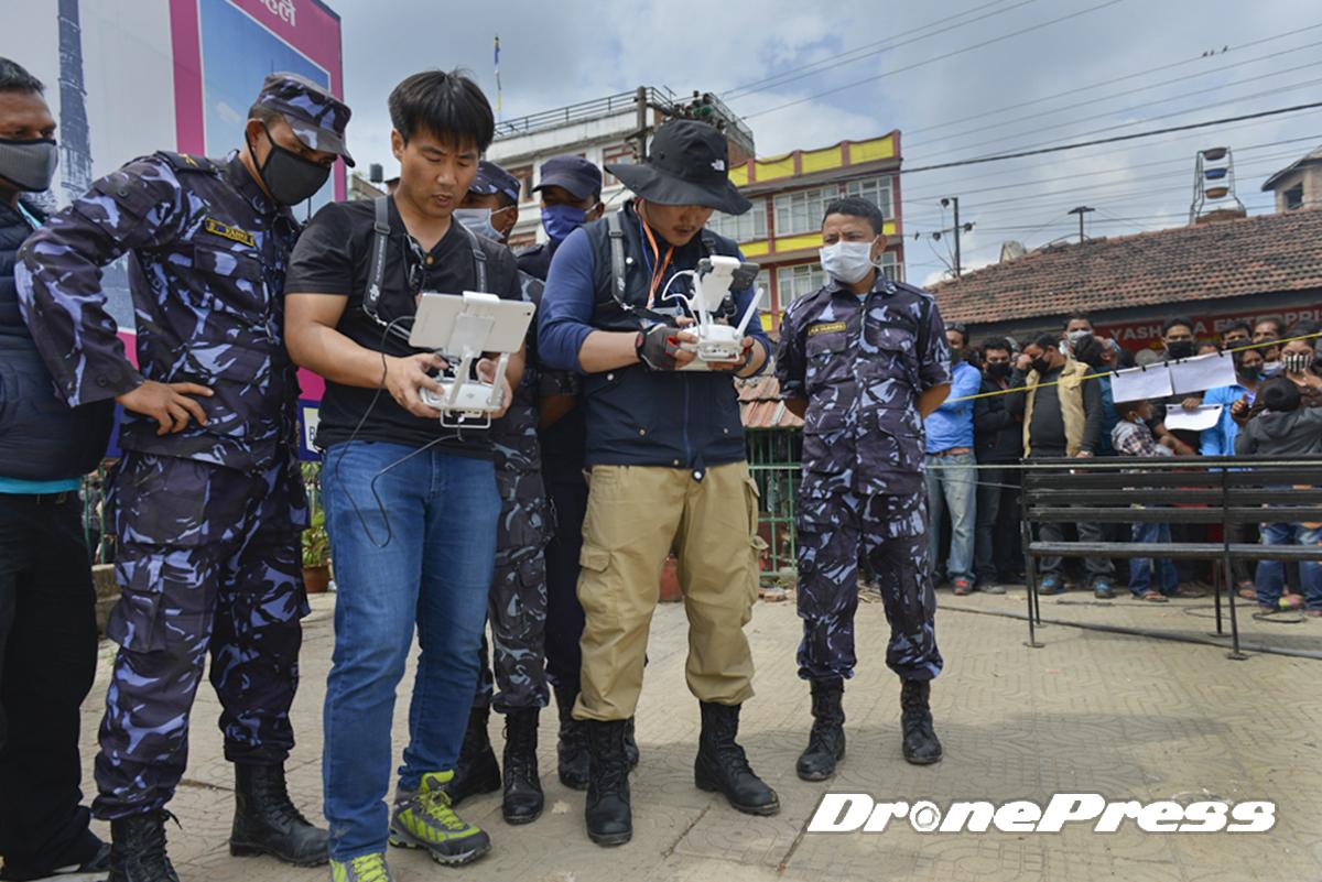 국제구호단체인 휴먼인러브와 드론프레스가 네팔 지진현장의 탐색과 구조작업에 세계최초로 드론을 활용하자 네팔군이 관심을 보이고 있다 - 드론프레스 제공 (1)