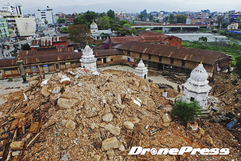 지난 25일 대지진으로 폐허가된 Tripureshwor 사원의 모습 (8) - 드론프레스 제공