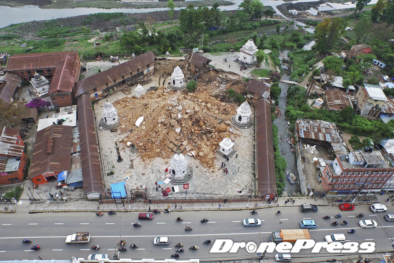 지난 25일 대지진으로 폐허가된 Tripureshwor 사원의 모습 (4) - 드론프레스 제공