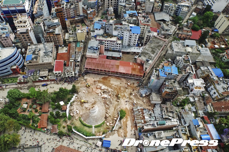 200여년의 역사를 자랑했던 네팔의 대표적 세계문화유산인 다라하라 타워가 지난 25일 발생한 대지진으로 인해 완전히 소멸되었다 (3)- 드론프레스 제공