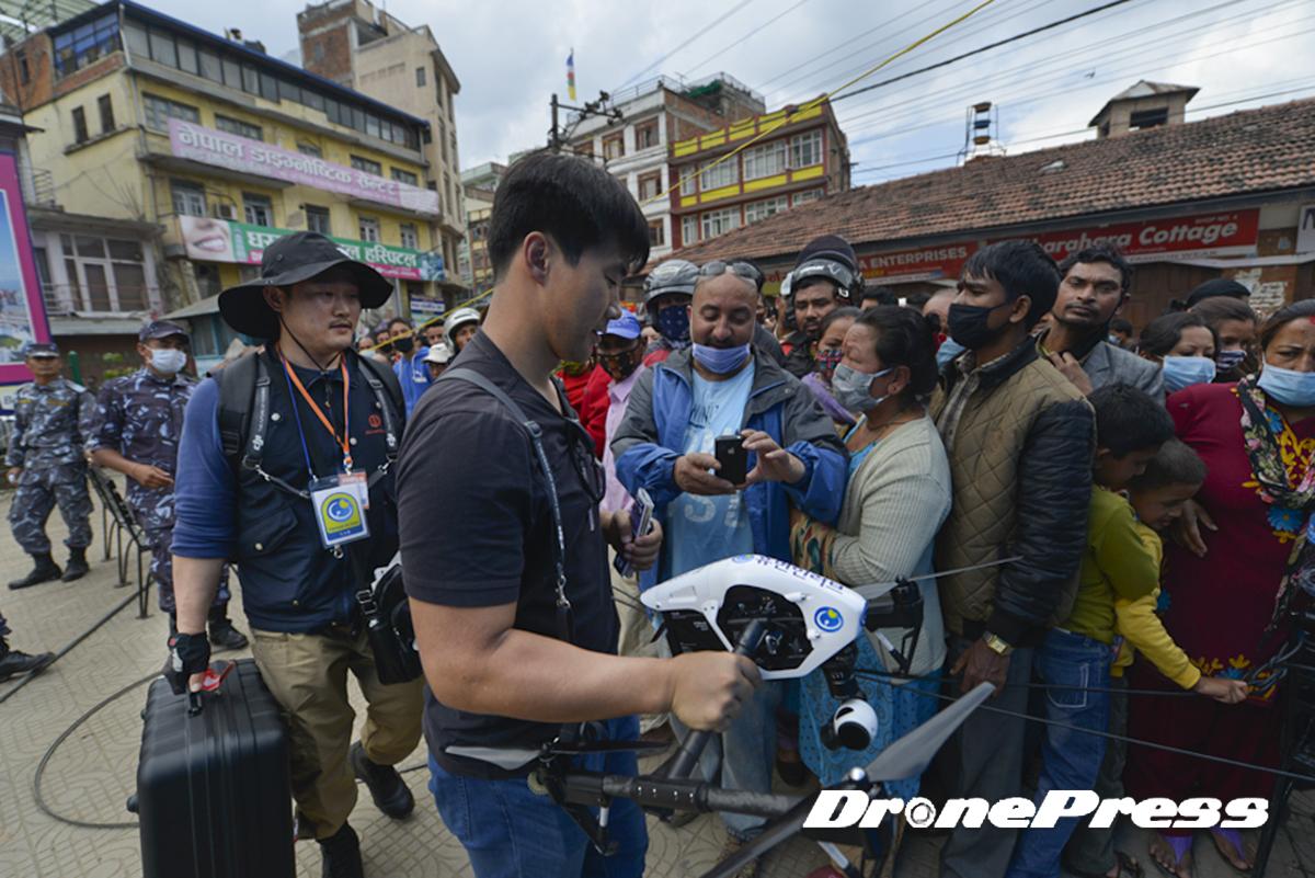 국제구호단체인 휴먼인러브와 드론프레스가 네팔 지진현장의 탐색과 구조작업에 드론을 사용하자 네팔시민들이 관심을 보이고 있다 - 드론프레스 제공 (2)