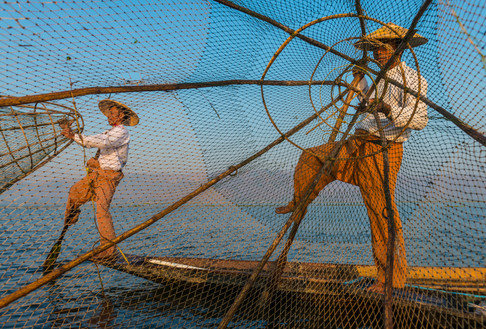 Discover the unique rowing style of the Intha fishermen