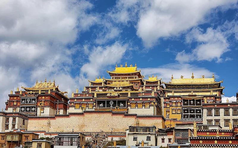 Visit the biggest Tibetan Buddhist monastery in Yunnan