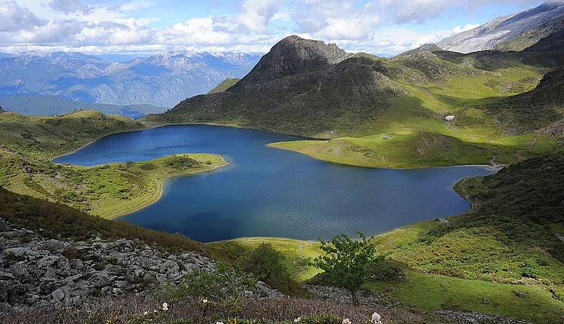 Hike Hei Hu mountain to pray for blessings
