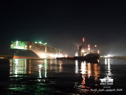 Canal de Suez navio desencalha e volta a navegar após 6 dias Ever Given tinha voltado a flutuar