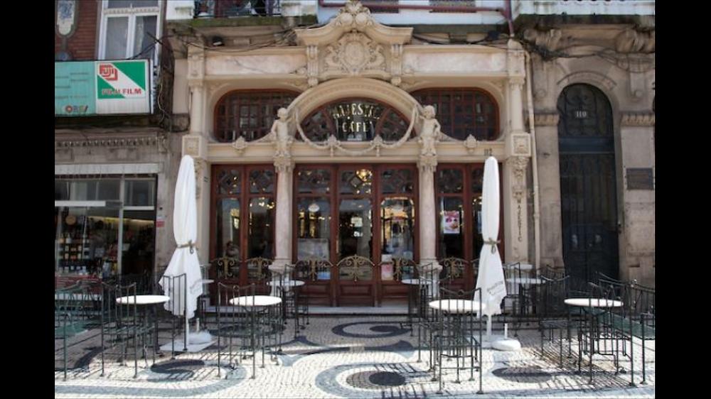 O café na histórica Pastelarias Versailes de Lisboa