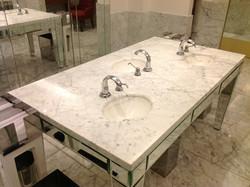 Mesa em Banheiro de Shopping