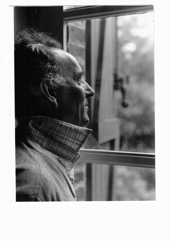 acques Poncet à la fenêtre. Photographie noir et blanc.