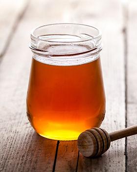 jar-of-honey-with-honey-dipper-S64AXGT (