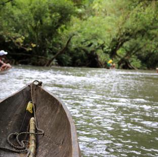 Sur le rivière Jovi en pirogue
