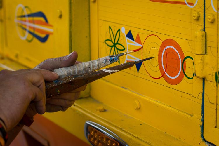 Peintre de bus en Colombie