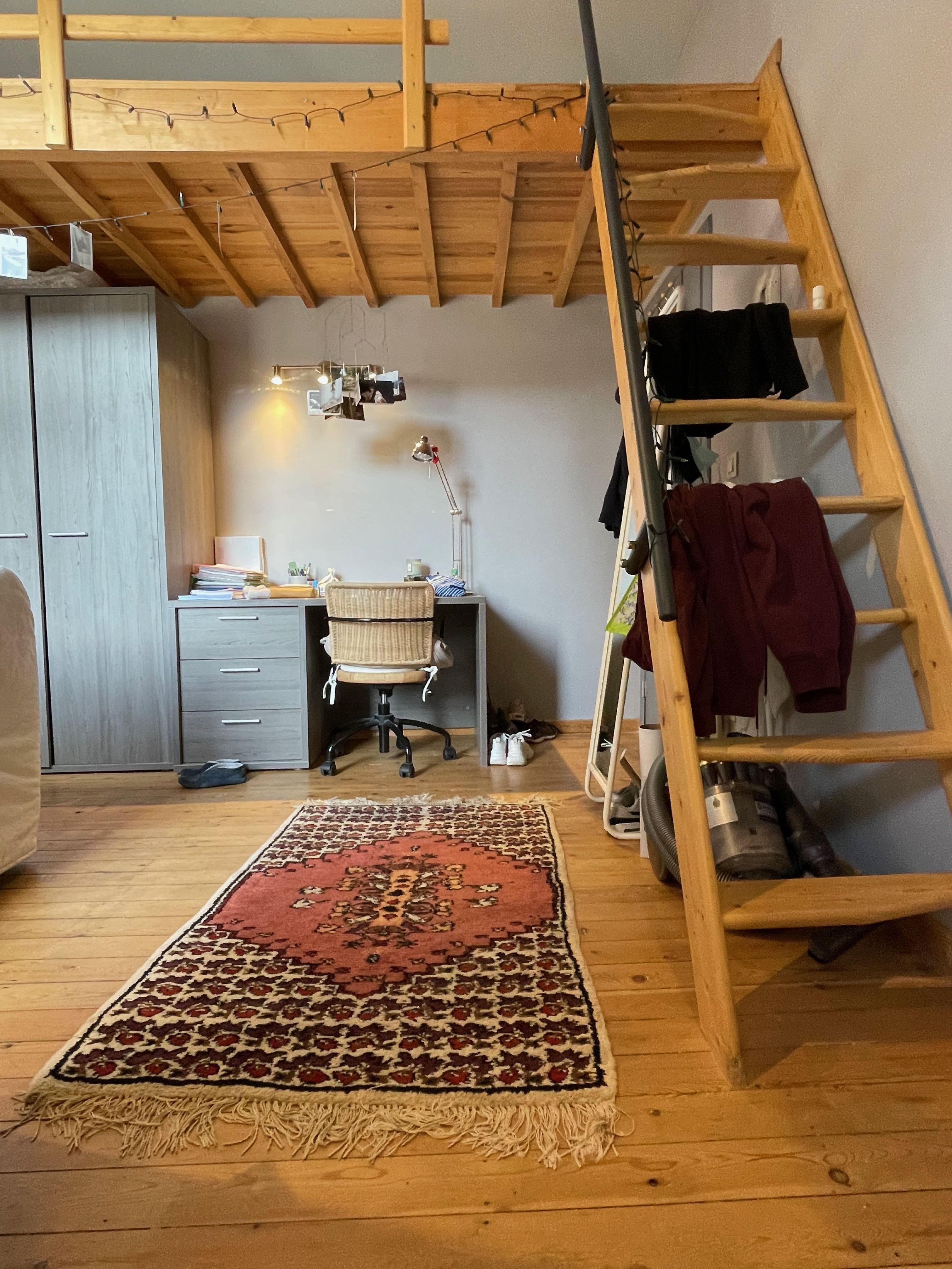 DB3-0201 - trap hoogslaper, bureau, mat.