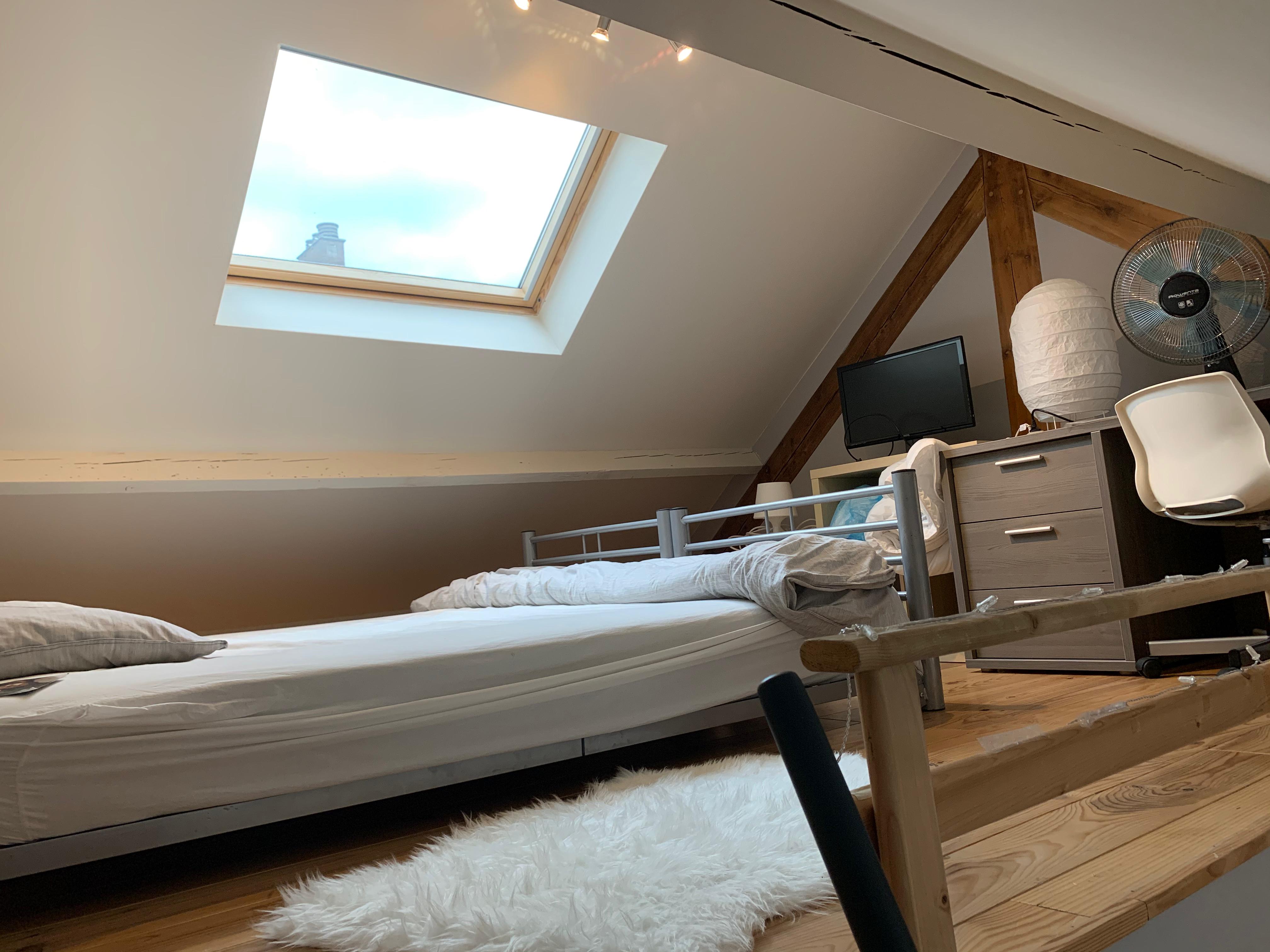 DB3-0301 - bed en bureau onder dak
