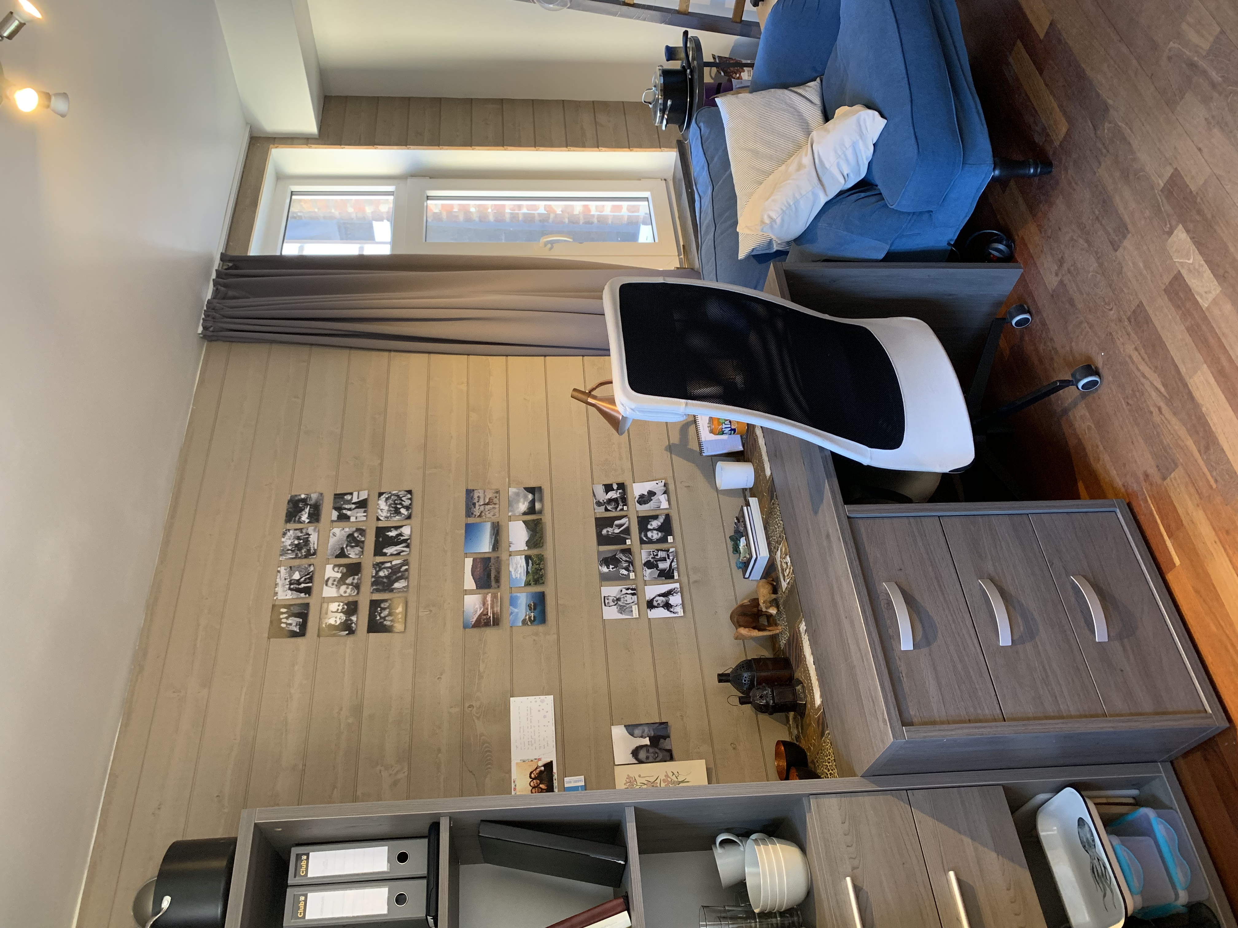DB5-0101 - boekenrek, bureau, zetel en r