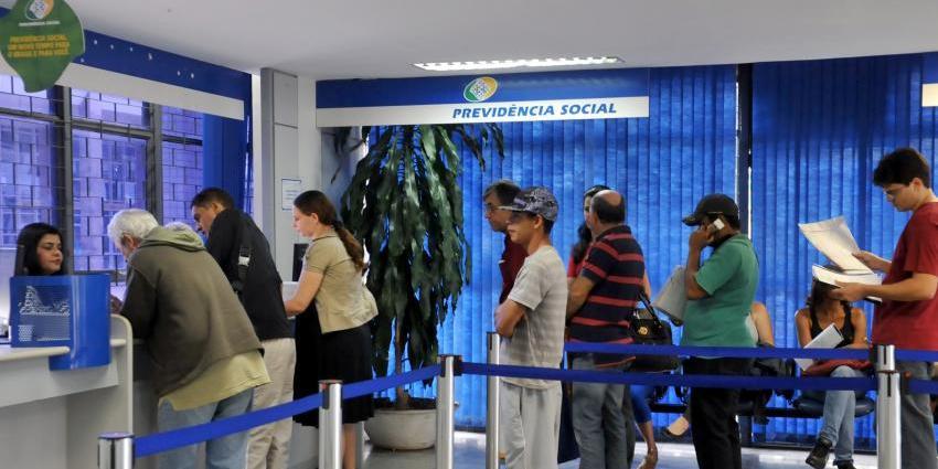 Cidadãos aguardam nas longas filas do INSS