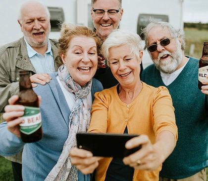idosos-felizes-tomando-uma-selfie_53876-