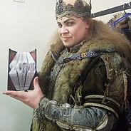 необычный подарок актеру, скульптура из книги