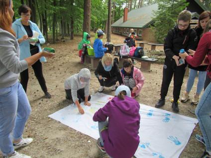 Grupa z Bełchatowa w lesie