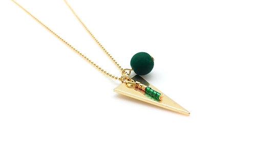 Collier mi-long triangle, doré et vert.