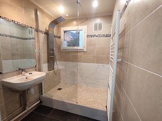 Salle de bain terminée avec marche.jpg