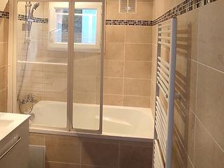 Salle de bain avec baignoire.jpg