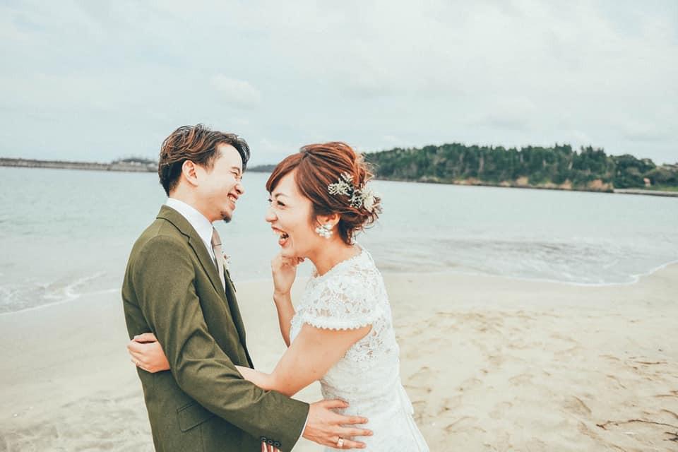 海辺での結婚記念写真