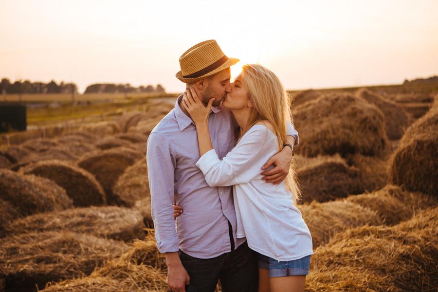 двое влюбленных на фоне стогов сена