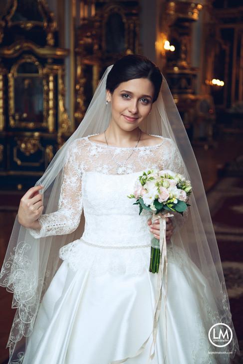 платье и букет на венчание