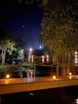 Pont et maison du vannage de nuit
