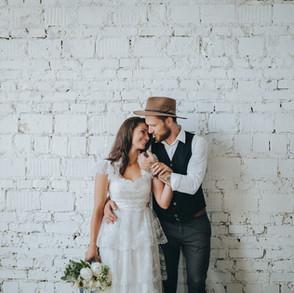 Hochzeitspaar nimmt sich verliebt in den Arm