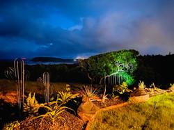 La vue mer et jardin au crépuscule