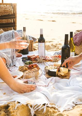 food photography, lifestyle photography, cuisine, hamburger, food, breakfast sandwich, slider, A la carte food, wine, glass bottle, drink, picnic, picnic basket, beer