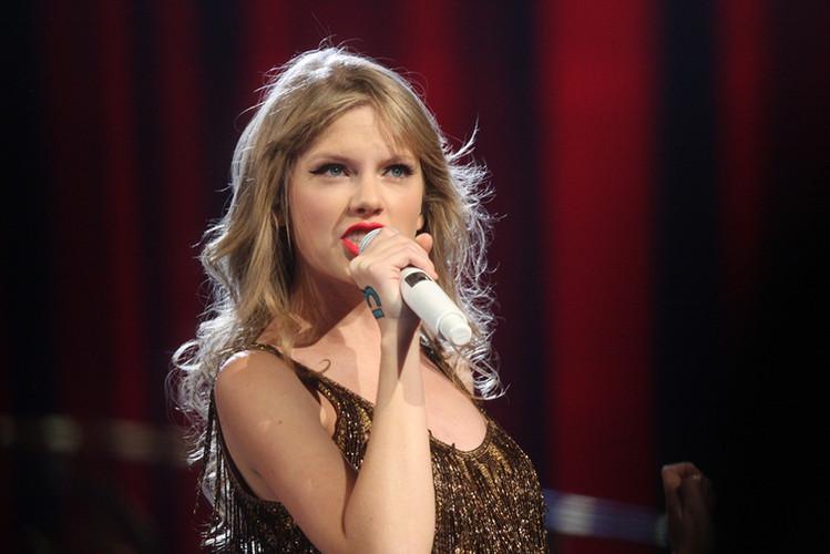 Taylor_Swift_singing.jpg