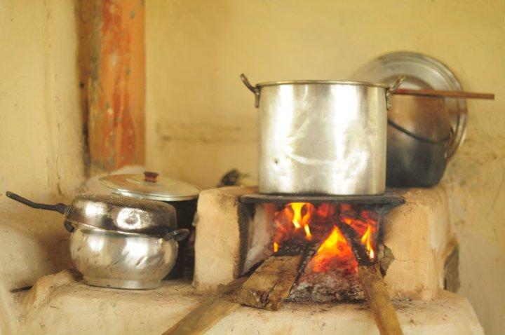 Holzofen in der Küche Apaoka
