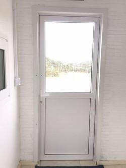 porta externa com chapa inferior e vidro superior