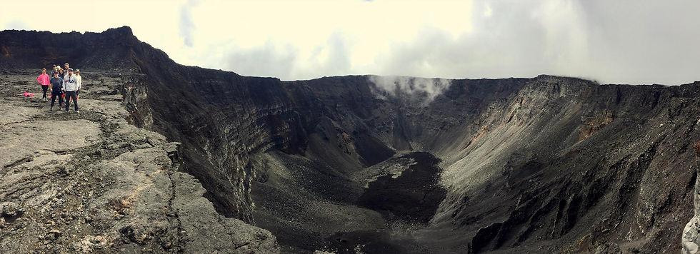 randonneurs-cratere-dolomieu-volcan.jpg