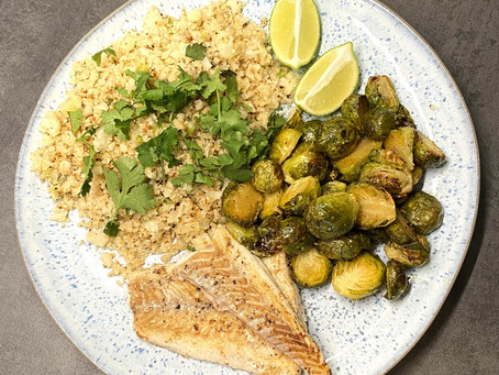 Limetten-Cauliflower Rice mit Kabeljau und Greens