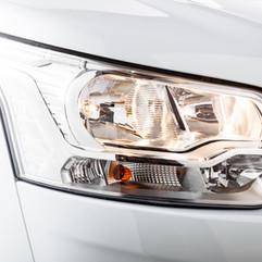 Un choix de châssis suréquipés de série. Par exemple, intégration des veilleuses LED et feux d'angle fixes sur FORD (sauf UP).