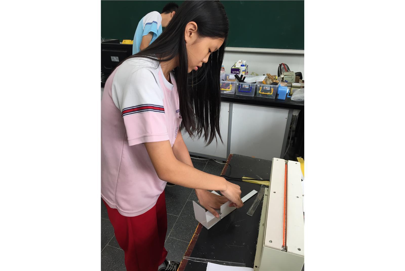 學生操作壓克力加熱器。(教育部提供)