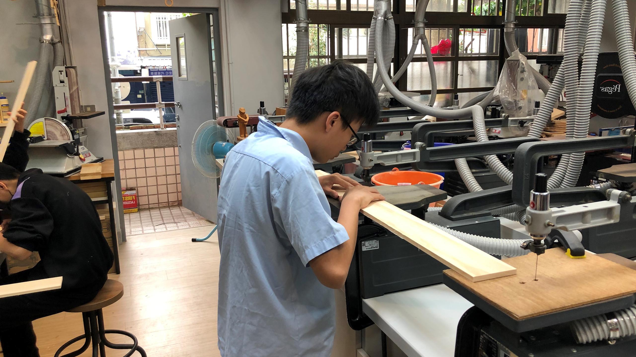 學生操作基本設備線鋸機。(教育部提供)