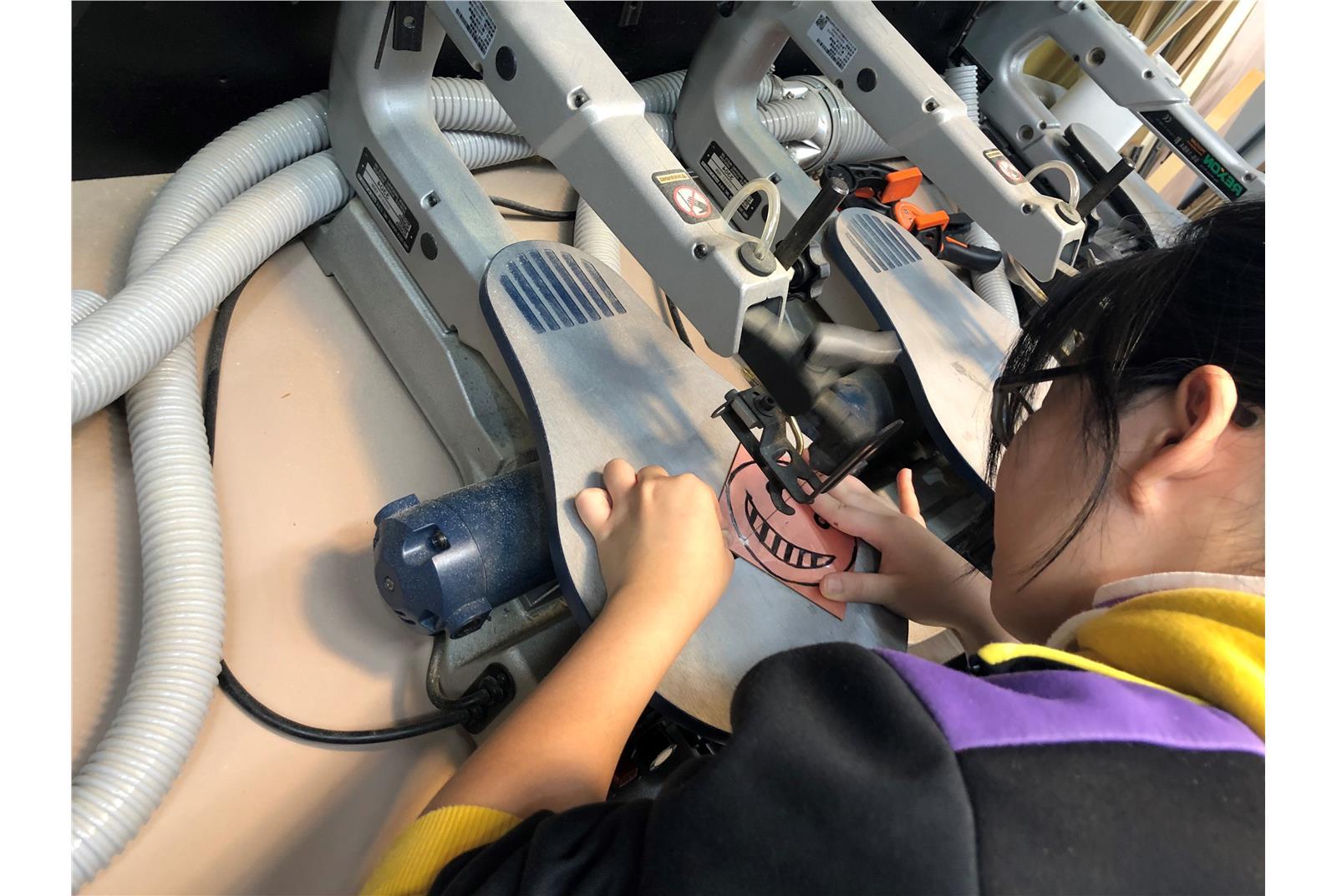 學生操作基本設備線鋸機2。(教育部提供)